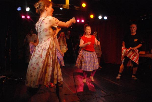 """""""Parhaita paloja ja paljastuksia"""" -juhlanäytöksen vauhdikas meininki oli välillä jo varsinaista kabareeta. Edessä vasemmalla näytelmän ohjannut Noora Virtanen."""