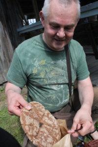 Erkki Kangassalo tuli kesäkodistaan Kukkolasta Saarikyliin ostamaan Heikin leipää. Muita tuotteita tarttui mukaan siinä ohessa.