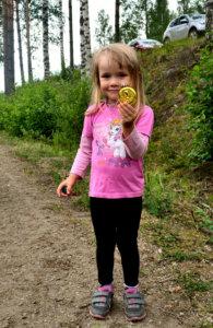 Linnea Viljasen vuoden mittainen odotus palkittiin, kun hän sai kaulaansa mansikkajuhlien 4-vuotiaiden juoksukilpailun voittomitalin.