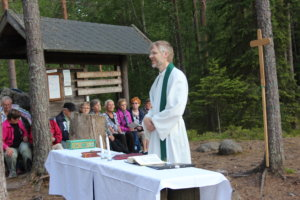 Kappalainen Janne Vesto toimi liturgina Metsäkirkossa viime kesänä.