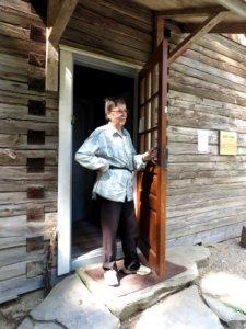 Kämppäemäntä Anja Halonen pitää ovea auki kävijöille. Kuva Markku Rauhalahti.