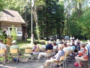 Rajalan kämppä toimii moninaisten perinnetapahtumien paikkana. Kuva metsäpäivästä 26.7.2014. Kuva Markku Rauhalahti.