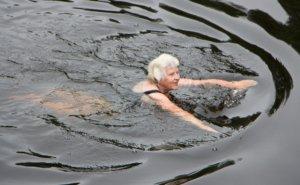Vuoden Unikeko Siiri Ali-Kippari ylitti joen uimalla joustavin vedoin.