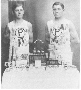 Väinö (vasemmalla) ja Toivo Heikki Sipilä olivat Pälkäneen kuuluisimmat urheilijat 1920-luvulla. Kuvassa nuorukaiset ovat Tampereen Pyrinnän urheiluasuissa, koska Pälkäneen Lukkoa ei ollut vielä perustettu. Kuva teoksesta Pälkäneen historia II.