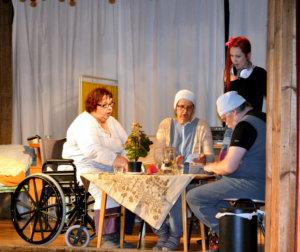 Käpyhovin asukkaat Laimi (Heli Toivola), Hilja-Aurora (Merja Järvinen) ja Valdemar (Timo Humalisto) hyväksyvät harjoittelija Kikan (Tuija Paturi) osaksi Käpyhovin elämää.