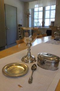 Kivennavan seurakunnassa Pälkäneelle luovutettuja hopeita ovat lautanen, kalkki, lusikka ja leipärasia.