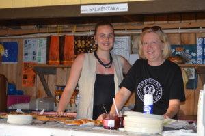 Aura Rapatti (vasemmalla) ja Eija Höysniemi myivät suolaista ja makeaa pikkupurtavaa.