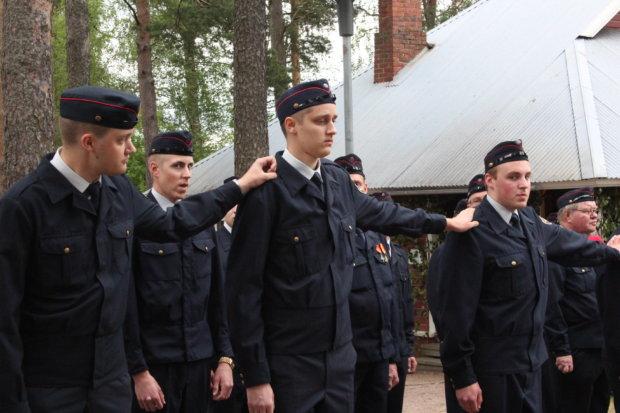 Palokuntalaisuus kulkee usein perheissä ja suvuissa. Kuvassa nuoret hälytysosastolaiset Aukusti ja Hermanni Koivisto (edessä) ja Valtteri ja Verneri Vuori (takana ja oikealla).