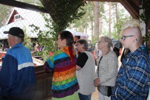 Sadekuuron aikana yleisö seurasi näytöksiä Vilpolasta ja kahvilasta.