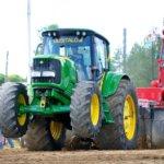 Traktorit vetävät Kuhmalahden maailmankartalle