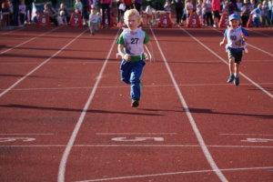 5-vuotiaiden poikien sarjassa kisaillut Niko Hölli saapumassa maaliin 40 metrin matkalta, vieressä Amos Luukkonen.