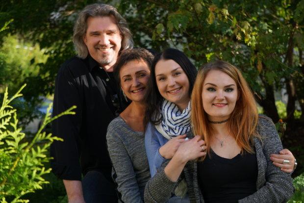 Hietasen perheessä musiikki on aina ollut tärkeässä roolissa. Tenori Pentti laulaa ja soittaa muun muassa akustista kitaraa, laulunopettajaksi opiskellut Heini laulaa ja säestää pianolla. Tyttäret Iina ja Roosa laulavat ja ovat opiskelleet musiikkia useissa eri paikoissa.