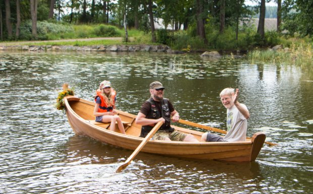 Elsa-veneen ensisoudulla olivat mukana veneen rakentajat Pasi Ja Perttu Pohjanperä sekä veneen kaimaksensa kastanut Elsa Pohjaperä.