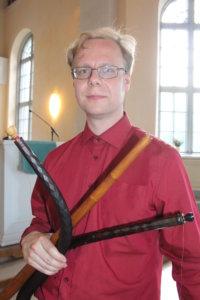 Donum Dein taiteellinen johtaja Jaakko Saarinen soittaa muun muassa erilaisia sinkkejä.