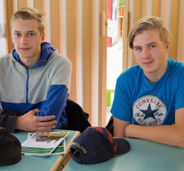 Metsäkoneenkuljettajiksi opiskelevat Tuukka Tiitola (vas.) ja Juuso Jatuli saivat tilaisuudessa uutta tietoa lämmöntuotannosta.