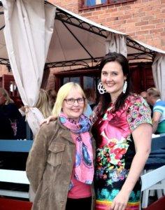 35 000 euron kokonaislahjoitussumma TAYS:in lastenpsykiatrian klinikalle ylittyi Sari Saaren (oikealla) ostamalla lipulla. Festariseurana oli Marjo Pekkarinen.
