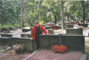 Raija Vaaleri Anna Tapion haudalla.