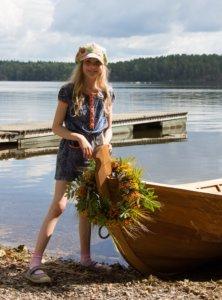 Elsa Pohjanperä kastoi veneen kaimaksensa.