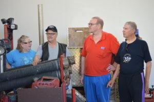 Olavi Toivio (toinen oikealla) esitteli Marja-Liisa ja Matti Niemelle sekä Erkki Vesaselle palokalustoa.