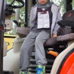 Akseli Syrjä tutustumassa traktoriin.