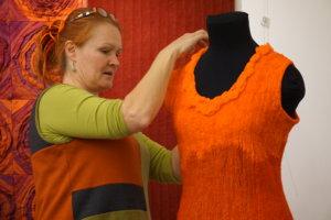 Riitta Ala-Krekolan huovuttama mekko muotoutuu kantajansa mukaan.