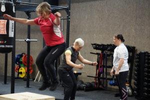 Anna-Mari Alanen kokeili fysiocrossia lauantaina. Taustalla fysiocrossia ohjaava Eveliina Similä.