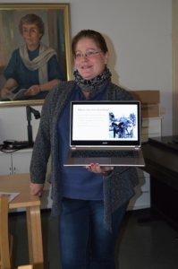 Itse Anna Tapio seurasi myhäillen taustalla, kun koulun entinen oppilas Marissa Henttinen esitteli yritystään kuukauden yrittäjän julkistamistilaisuudessa. Projektorin reistaillessa esitystä seurattiin suoraan tietokoneen näytöltä.