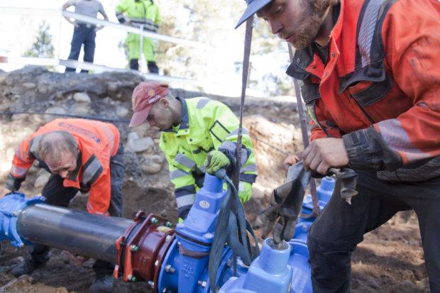 Hannes ja Jussi Jönkkäri sekä Kalle Jokinen sovittivat paikalleen uusia sulkuventtiileitä, joiden kautta suurin osa pälkäneläisistä saa vetensä.