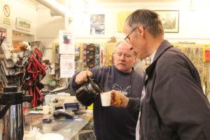 Jari Salminen tarjosi kahvit kolean illaan lämmikkeeksi.