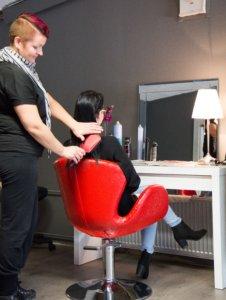 Katri Laaninen on palannut yrittäjäksi hoitovapaan jälkeen. Parturi-kampaajan toimiala on laajentunut myös personal trainerin palveluihin.