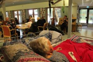 Harjutuulen Mäntylän asukkaat kuuntelivat Tuula Hakkaraista oleskeluaulassa.