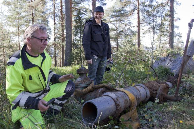 Kalle Syrjä (vasemmalla) ja Harri Vierikka tarkastelivat ylös kaivettujen vanhojen sulkuventtiileiden kuntoa. – Ihan valmis, taskulampun kanssa putken sisälle kurkkinut Syrjä sanoo.