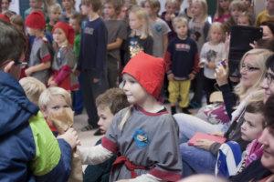 Raikun kouluvierailu sattui syksyiseksi päiväksi, jolloin ilmassa oli jo talven tuntua. Niinpä liikkeellä oli tonttuja, jotka olivat tehneet vieraille pienet paketit.