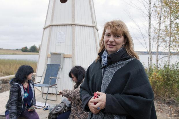 Slovenialainen Danica Zver keräsi Raikusta viemisiä päiväkodilleen.