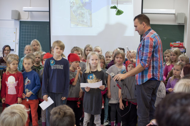 Nuutti Silvennoinen ja Ilona Pulakka toivottivat kansainväliset vieraat tervetulleiksi Raikun koululle.
