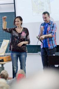 Kansainväliset vieraat tutustuivat satuhierontaan Sanna Tuovisen johdolla.