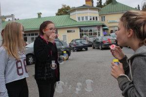 Saara Makkonen (vasemmalla), Katja Vulli ja ja Julia Pohja antoivat ilon kuplia.