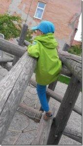 Maalaismaisemiin sopiva parkour-rata Sloveniassa Kranjin kylässä. – Nämä ovat hyviä esimerkkejä rustiikkisesta puun käsittelystä. Liikuntatelineet sopivat hyvin luonnonmukaiseen ympäristöön, Pia Paakkunainen-Taylor sanoo.
