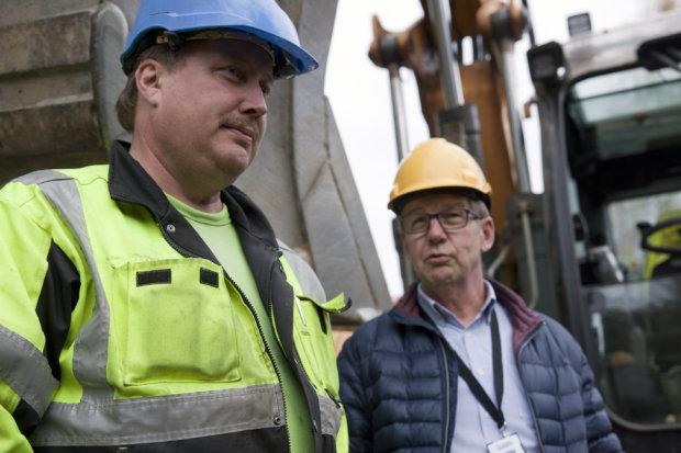 Teijo Hakonen (vasemmalla) kaivaa valokuitua maahan, Antti Tirronen myy liittymiä.
