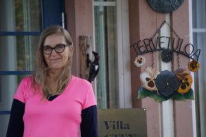 Eevaliisa Pentti harppasi kaksi vuotta sitten kaapelihyllyjen valmistuksesta ja viennistä vanhusten tehostettuun palveluasumiseen. Riun kylässä Kangasalla sijaitsevan hoivakodin toimitusjohtaja opiskelee nyt lähihoitajaksi.