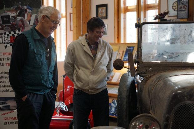 Jorma Ahvonen ja Esko Viskari ihailevat automuseoon tuotua Fiatia. – Vastaavia löytöjä ei nykyisin enää kauhean usein tehdä. Esimerkiksi vanhojen tilojen mahdolliset autojen säilytyspaikat alkavat olla aika hyvin koluttuja, kaksikko tietää.