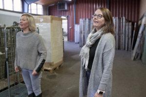 Tuotantopäällikkö Tiina Johansson ja toimitusjohtaja Ulla Petrell toivottivat yrittäjäväen tervetulleeksi Flagmorelle.