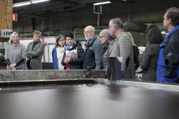 Tuotantopäällikkö Tiina Johansson esitteli yrittäjille Flagmoren tekstiilipainoa.