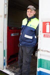 Juuso Koppana Tmi JutuKosta toimii Kankaanmaan jäteaseman hoitajana. Eniten hän neuvoo asiakkaita ongelmajätteiden kanssa.