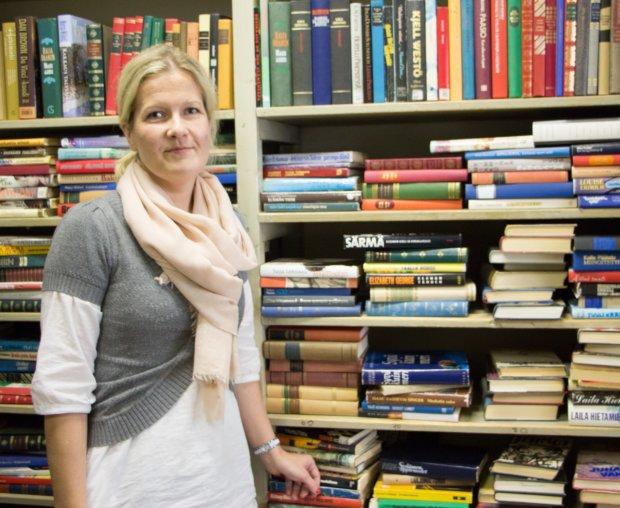 Kirjahyllyssä on hyväkuntoisia kirjoja, jotka kelpaavat vaikka hyvin vaikka kierrätyslahjoja arvostavan joulupakettiin.