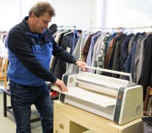 Tällä hetkellä Kostiakeskuksessa on myytävänä esimerkiksi käyttökelpoinen mankeli. Mikko Hyvärinen esittelee laitteen toimintaa.