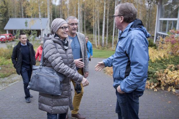 Olli Pöllänen toivotti Tuula ja Jarkko Herrasen sekä muut yrittäjäkollegat tervetulleeksi Pälkäneveden rantamaisemiin.