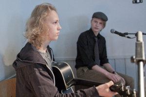 Aleksi Saari ja Pyry Vaismaa esittivät kunnan 150-juhlassa uunituoreen kappaleensa.