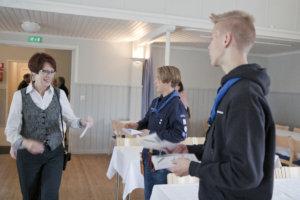 Partiolippukunta Kostian Kahlaajat esittäytyi juhlassa ja jakoi vieraille käsiohjelmat.