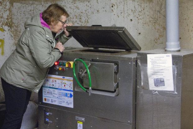 Raini Kiukas keksi käyttää käymäläjätteen kompostointiin sähköllä toimivaa tehokompostoria. Sen avulla biojäte muuttuu kompostiksi vuorokaudessa. Japanissa laitteita käytetään hampurilaisravintoloiden biojätteiden käsittelyyn.